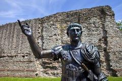 Estátua de Roman Emperor Trajan e de sobras da parede de Londres fotografia de stock royalty free