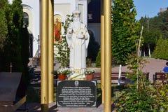 Estátua de São Nicolau perto da igreja Fotografia de Stock Royalty Free