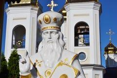 Estátua de São Nicolau perto da igreja Fotos de Stock Royalty Free