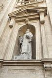 Estátua de Saint Maroun, a basílica de St Peter imagem de stock