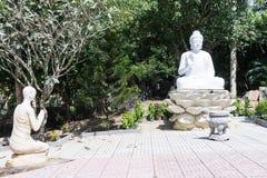 Estátua de sentar o branco e a monge de buddha Imagens de Stock Royalty Free
