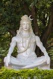 Estátua de Shiva, ídolo hindu, perto no rio Ganges, Rishikesh, Índia fotos de stock