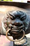 Estátua de Singha no queimador velho do ncense do potenciômetro da vara de Joss foto de stock