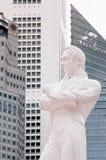 Estátua de Sir Stamford Raffles na plataforma de aterrissagem das rifas, barco Qua fotografia de stock royalty free