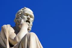 Estátua de Socrates na frente da universidade de Atenas imagens de stock