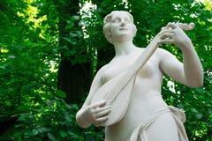 Estátua de Terpsichore no jardim do verão Fotos de Stock Royalty Free