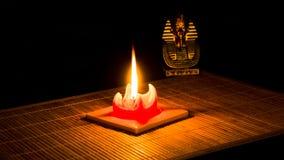 A estátua de Tutankhamun iluminou-se por uma vela foto de stock