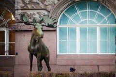 Estátua de um alce em uma construção em Helsínquia Foto de Stock