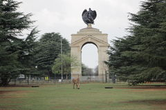 Estátua de um anjo pelo zool de Joanesburgo, África do Sul Fotografia de Stock
