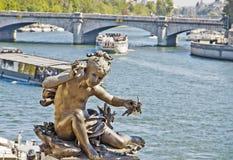 Estátua de um cherub na ponte Alexandre III imagens de stock royalty free