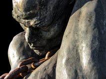Estátua de um escravo que leva um barco usando uma corrente foto de stock royalty free