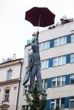 Estátua de um homem com um guarda-chuva em Praga imagens de stock royalty free