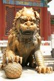 Estátua de um leão chinês do guardião - a Cidade Proibida - Pequim - China Imagens de Stock Royalty Free