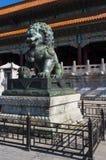 Estátua de um leão chinês do guardião na Cidade Proibida na cidade do Pequim Fotografia de Stock Royalty Free