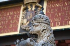 Estátua de um leão com língua e coroa imagens de stock royalty free