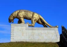 Estátua de um leopardo em um suporte Foto de Stock Royalty Free