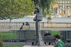 Estátua de uma mulher bonita em Genebra, Suíça Imagens de Stock