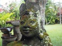 Estátua de uma mulher em um jardim privado em Ubud, Bali imagens de stock royalty free