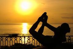 Estátua de uma mulher no beira-mar imagens de stock royalty free