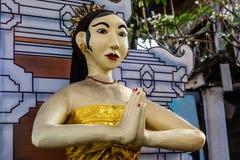 Estátua de uma mulher perto da casa do Balinese, ilha de Bali, Indonésia Imagens de Stock