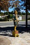 Estátua de vida - pessoa do ouro que levanta em Viena fotos de stock royalty free