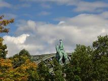 Estátua de Wilhelm na água de Colônia na frente da ponte imagem de stock royalty free