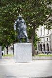 Estátua de Winston Churchill no Parliament Square Londres Inglaterra imagem de stock