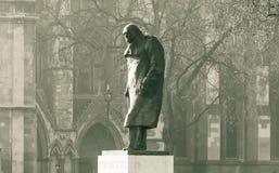 Estátua de Winston Churchill no quadrado Londres do parlamento Imagem de Stock Royalty Free