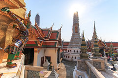 Estátua de Yaksa no protetor no templo de Emerald Buddha e dos turistas no fundo Imagens de Stock