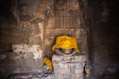 Estátua decapitado de buddha no templo velho em Lopburi, Tailândia Fotos de Stock Royalty Free