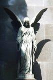 Estátua do anjo antigo no cemitério fotos de stock royalty free
