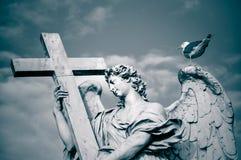 Estátua do anjo com a cruz, Roma, Itália imagens de stock royalty free