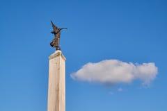 Estátua do anjo da liberdade que aponta na nuvem no céu azul Fotos de Stock Royalty Free