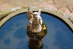 Estátua do anjo na fonte Fotografia de Stock