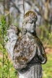 Estátua do anjo na sepultura Imagens de Stock Royalty Free