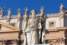 Estátua do apóstolo Paul com uma espada no quadrado de St Peter, Roma foto de stock