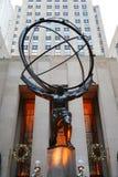 Estátua do atlas por Lee Lawrie na frente do centro de Rockefeller no Midtown Manhattan Fotografia de Stock Royalty Free
