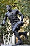 Estátua do basquetebol da universidade do esporte do Pequim fotos de stock