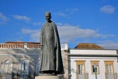 """A estátua do bispo de Dom Marcelino Franco, †1871 """"1955, localizado em Antonio Padinha Square, com construções históricas na pa fotos de stock royalty free"""