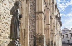 Estátua do bronze de Francisco de Assis na entrada de Guadalupe Monastery imagens de stock