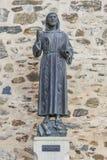 Estátua do bronze de Francisco de Assis na entrada de Guadalupe Monastery imagem de stock royalty free