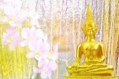 Estátua do budismo na queda da água no jardim, fundo abstrato Fotos de Stock Royalty Free