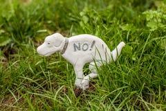 Estátua do cão que proibe cães no gramado Fotografia de Stock Royalty Free