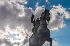Estátua do cavaleiro no prefeito Madrid Spain da plaza foto de stock royalty free
