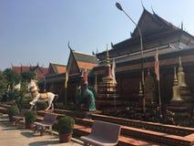 Estátua do cavalo e do pavão no templo de Wat Preah Prom Rath em Siem Reap, Camboja fotografia de stock
