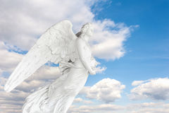 Estátua do cemitério no céu azul com nuvem Imagem de Stock Royalty Free
