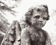 Estátua do Cherub no cemitério Fotografia de Stock Royalty Free