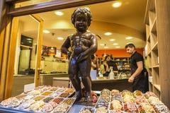 Estátua do chocolate de pis de Manneken em Bruxelas, Bélgica Fotos de Stock Royalty Free
