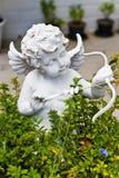 Estátua do Cupid no jardim fotografia de stock royalty free