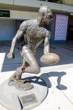 A estátua do ` de Paul Kelly do ` é um jogador de futebol profissional anterior das regras do australiano, em Sydney Cricket Grou imagens de stock